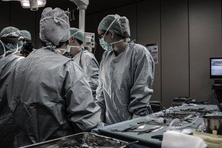 хирурги делают операцию у пациента с лимфедемой